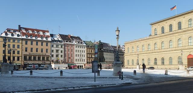 View towards the Spatenhaus an der Oper restaurant