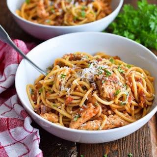 Receta para preparar pasta con pollo en salsa de tomates secos
