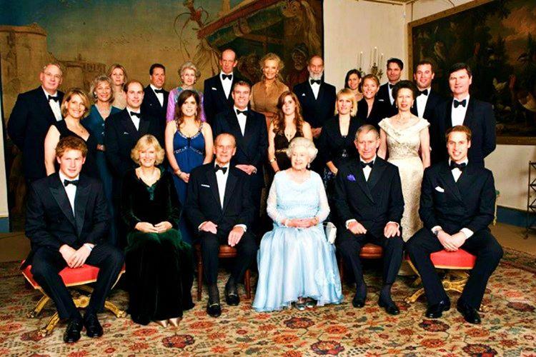 Erkek ve kadın kraliyet ailesi fertlerinin bacak bacak üstüne koymaları kurallar gereği yasaktır.