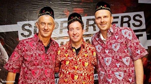 Legenda liverpool memakai batik bola
