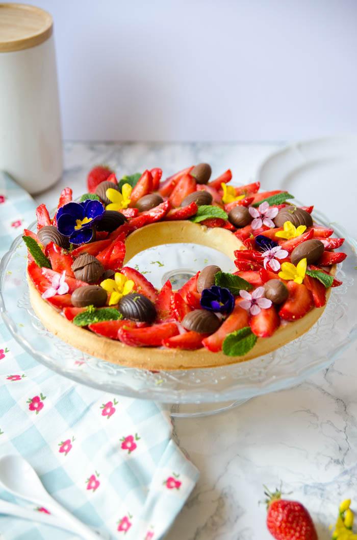 tarte aux fraises de p ques comme une couronne de fleurs cerise et praline. Black Bedroom Furniture Sets. Home Design Ideas