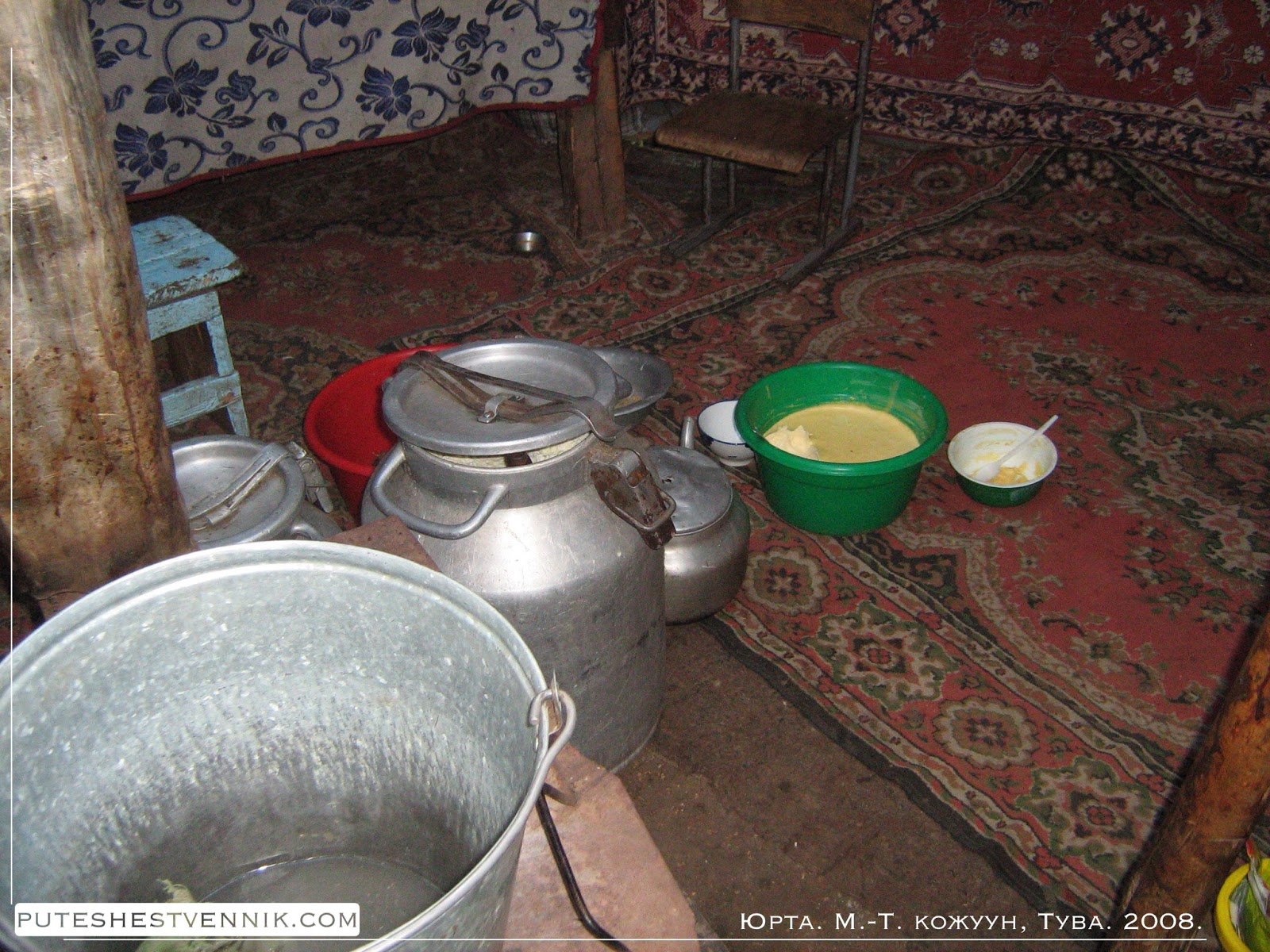 Молочные продукты на полу в юрте