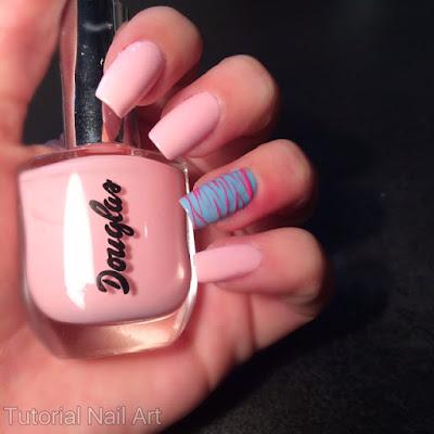 Unghie rosa con l'unghia decorata con il metodo sugar spun.