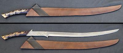 Sapında ve bıçağında desenli işlemeler olan çentikli uzun bıçak ve deriden yapılmış kını