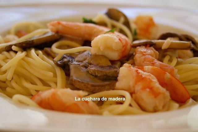Spaguetis Finos Con Langostinos Y Champiñones