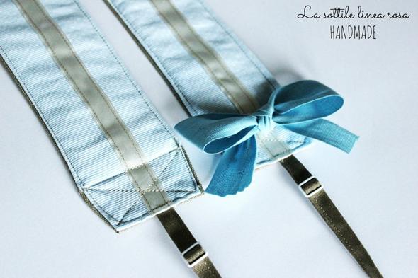 Fotografia di una tracolla blu per macchina fotografica realizzata artigianalmente