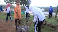 Kemah mangrove - bersih pantai dari sampah plastik