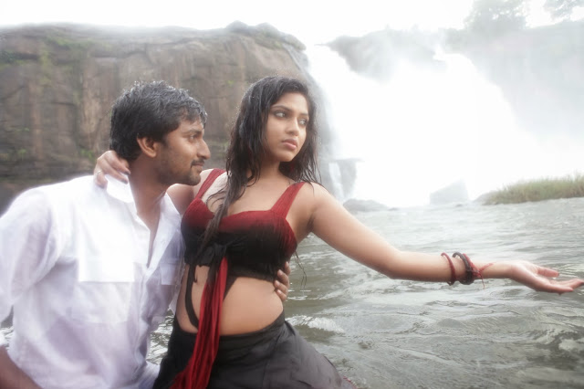 Amala paul romancing with Actor NaanEe pressing her navel photos