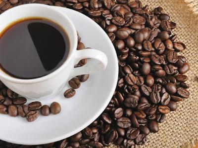 taza de café sobre granos sin moler
