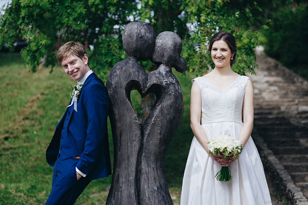 skūpsts koka skulptūra Kuldīga