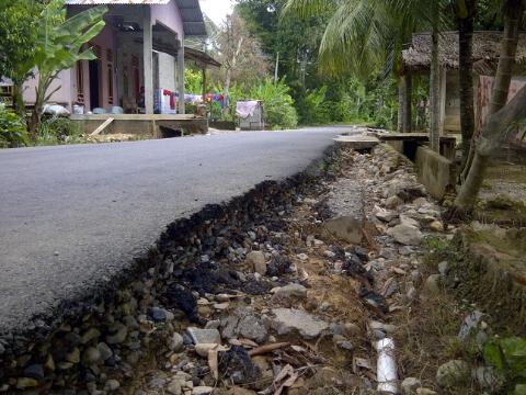 Sering Banjir, Jalan Aspal Desa Mesjid Terancam Amblas