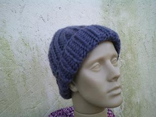 gorro tricotado com lã de ovelha tingida de azul escuro