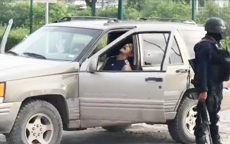 Sicarios armados rafaguean a una familia que viajaba en una camioneta en Reynosa, conductor queda abatido.