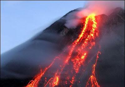 Foto Gunung Meletus 1