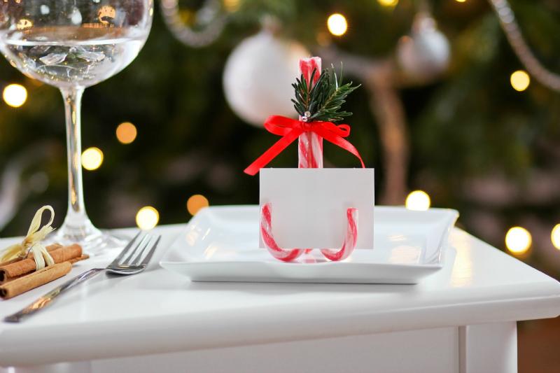 świąteczny uchwyt do winietek z lasek świętego mikołaja