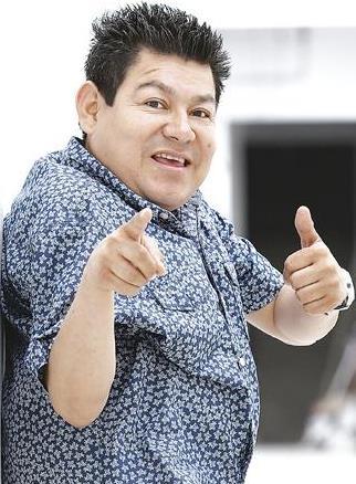 Foto de Dilbert Aguilar saludando a su estilo