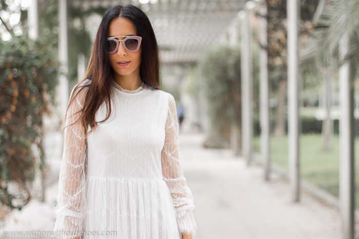 Look con vestido blanco de encaje