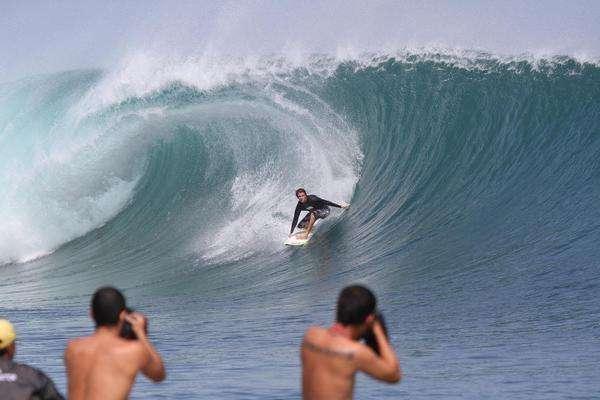 Pantai Plengkung lokasi surfing terpopuler di Indonesia.