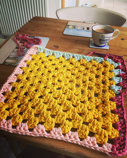 giant crochet rug using tshirt yarn