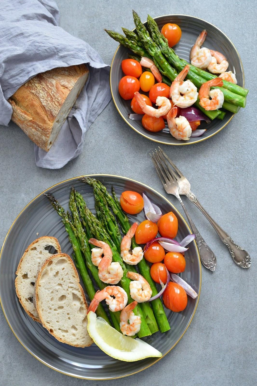 Pieczone szparagi z krewetkami