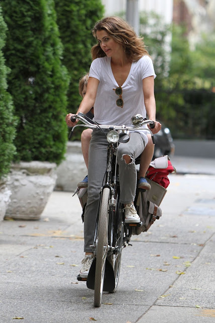 keri-russell-bike-brooklyn-brownstone