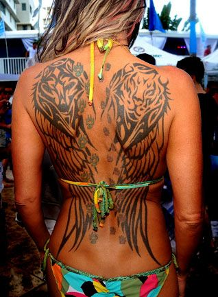 Tatuajes de alas en la espalda y su significado for Hot female back tattoos