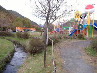 松尾峡 ほたる童謡公園の金属遊具.すぐ横にホタル生息水路が流れる。