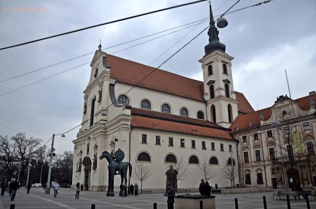 Iglesia de Santo Tomás con un super caballo