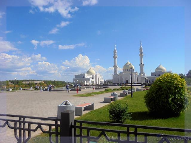 вид на белую мечеть