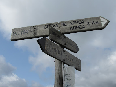 Valle de Aezkoa - Frontera natural entre España y Francia - Monumentos megalíticos - Poste informativo - Cueva de Arpea - Navara
