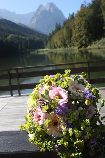 Brautstrauß Pastell und Vintage Hochzeit in zarten Regenbogenfarben, Riessersee Hotel, Garmisch, Bayern, vintage lake-side wedding in pastel colours, Germany, Bavaria, wedding destination