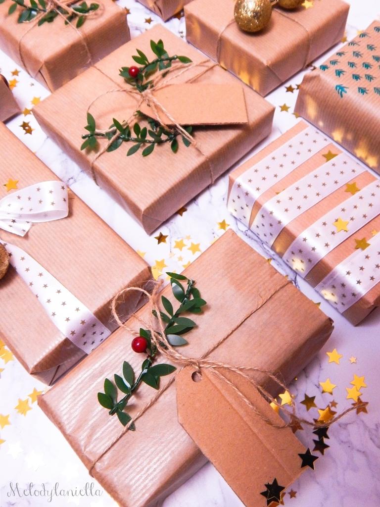 13 jak zapakować prezenty świąteczne w papier pakowy pomysły na pakowanie prezentów jak zapakować pudełko w papier jak ozdobić papier pakowy przy pakowaniu prezentów wstążki bombki złoto gałązki pakowy pap