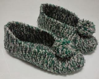 http://ideacontusmanos.blogspot.com.es/2012/12/como-hacer-unas-zapatillas-de-lana-con.html