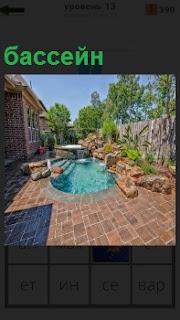 Во дворе небольшого дома сделан великолепный бассейн с кафелем вокруг