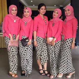 model kebaya kutubaru warna pink dengan rok batik kawung