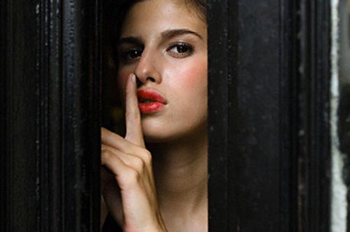 Walau Sudah Menikah, Perempuan Pasti Merahasiakan 6 Hal Terbesar ini dari Pria