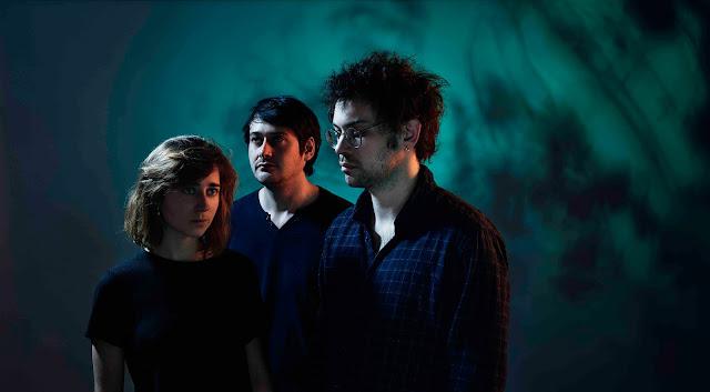 """La magie opère avec """"Entre deux mondes"""", le nouvel EP du trio normand Huit Nuits"""