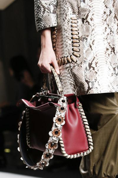 aa559fe43 Já chegou ao Brasil a nova bolsa da FENDI, STRAP YOU que oferece alças  removíveis que podem ser trocadas de acordo com seu look. Você pode  escolher modelos ...