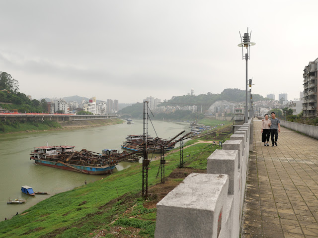 couple walking together on a wall bordering the Gui River (桂江) in Wuzhou (梧州)