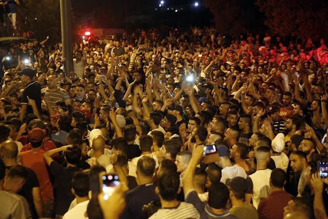 احتفالات فلسطينية حتى الصباح بعد إزالة بوابات التفتيش حول القدس