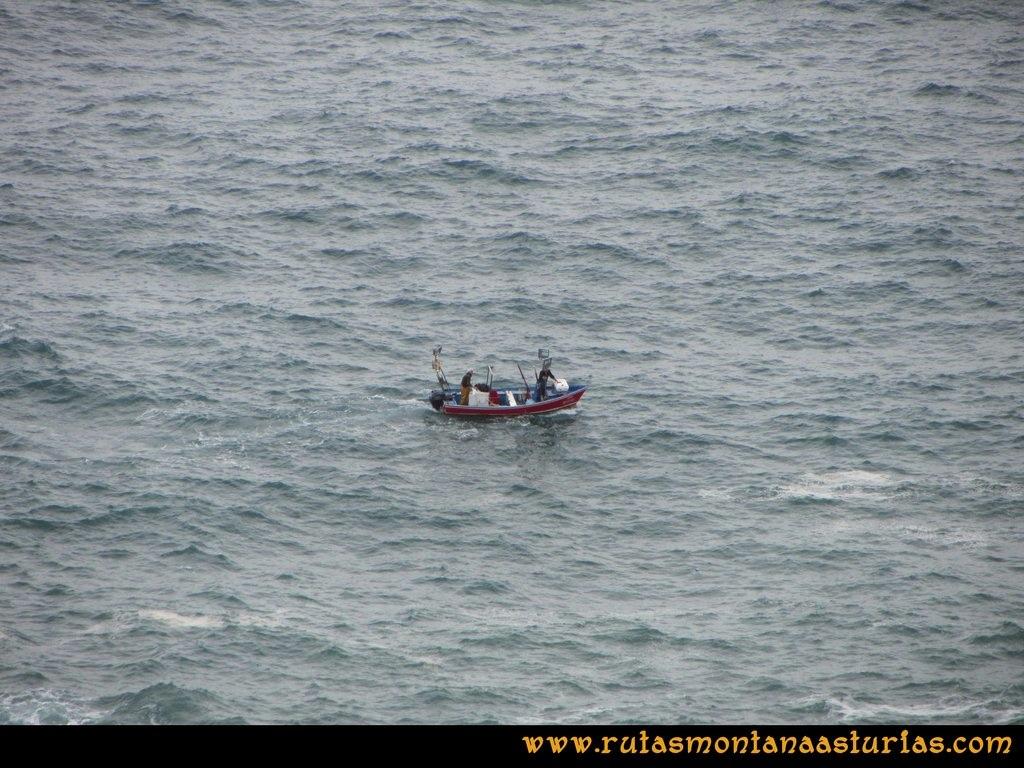 Ruta Artedo, Lamuño, Valsera: Pequeña embarcación en el Cantábrico