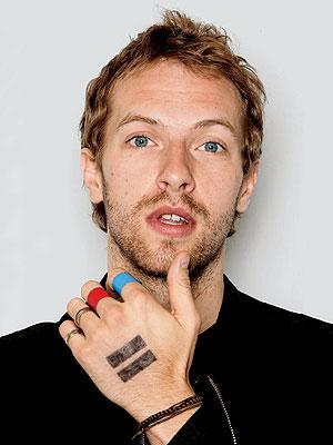 Foto de Chris Martin mosntrando la mano