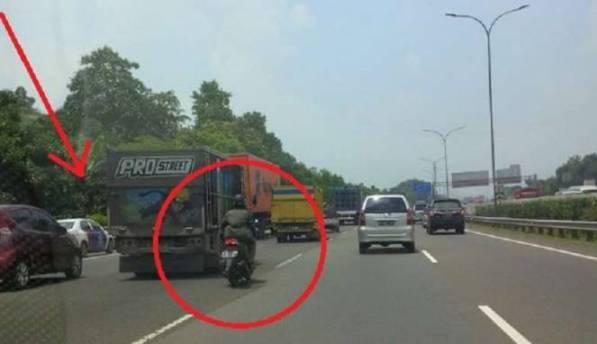 Bikin Heboh Netizen, Pengendara Motor Ini Melewati 3 Mobil Polisi Di Tol !!