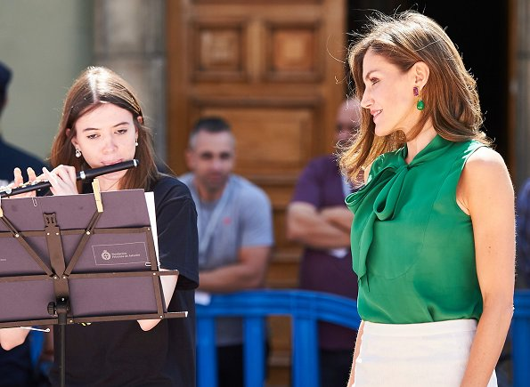 Queen Letizia wore Prada leather pumps and Hugo Boss green silk blouse, Letizia's Jewelry, Coolook Nereida earrings