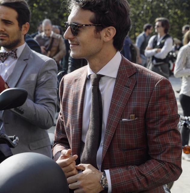 Những quý ông mặc suit lịch lãm trên môtô hoài cổ