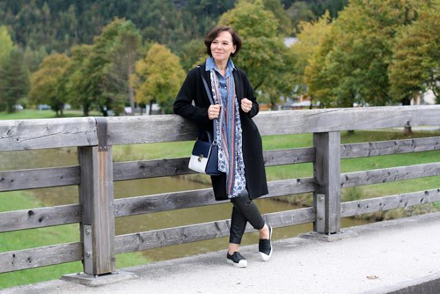 Слипоны с джинсовой рубашкой, брюками и удлиненным жакетом