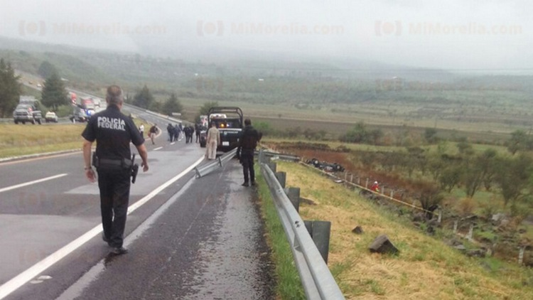 Siete policias muertos en mortal volcadura en Michoacán
