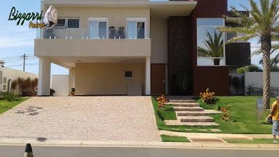 Escada de pedra folheta junto a rampa com pedra paralelepípedo em casa em condomínio em Sousas-SP.
