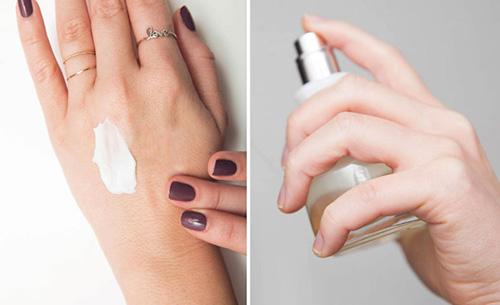 Làm ẩm da trước khi xịt nước hoa