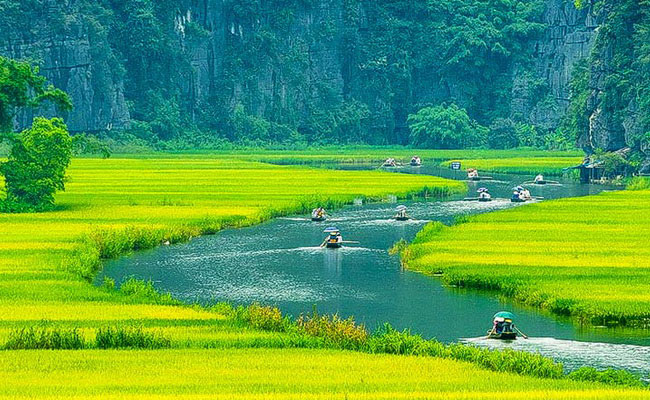 Xvlor.com Tam Coc is spectacular landscape of karst, rice fields and Ngo Dong River